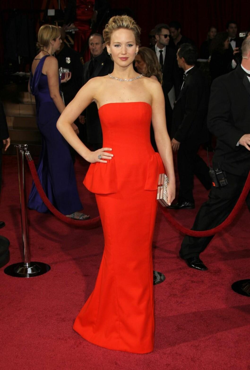 HOT I RØDT: Skuespiller Jennifer Lawrence i kjole fra Dior på årets Oscar-fest. Foto: All Over Press