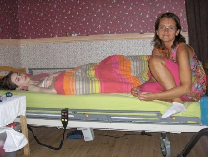 FRISK IGJEN: Hanne og moren Bente – her har Hanne akkurat vasket håret for første gang på to år. Bildet er tatt i rommet Hanne lå på i to år. Foto: Privat
