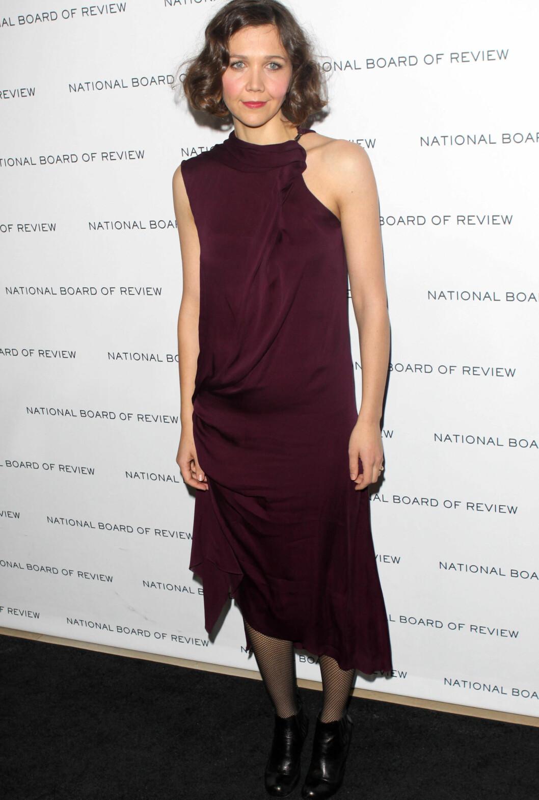 I asymmetrisk, burgunder kjole på National Board Of Review Awards Gala i januar i år. Foto: All Over Press