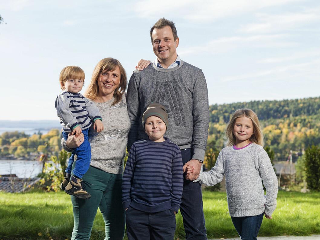 – Vi levde veldig sterkt sammen, forteller Hanne om den krevende tiden med kreft. Her med ektemann og pappa Alexander og barna Jørgen, Jakob og Elise.  Foto: Øyvind Andersen