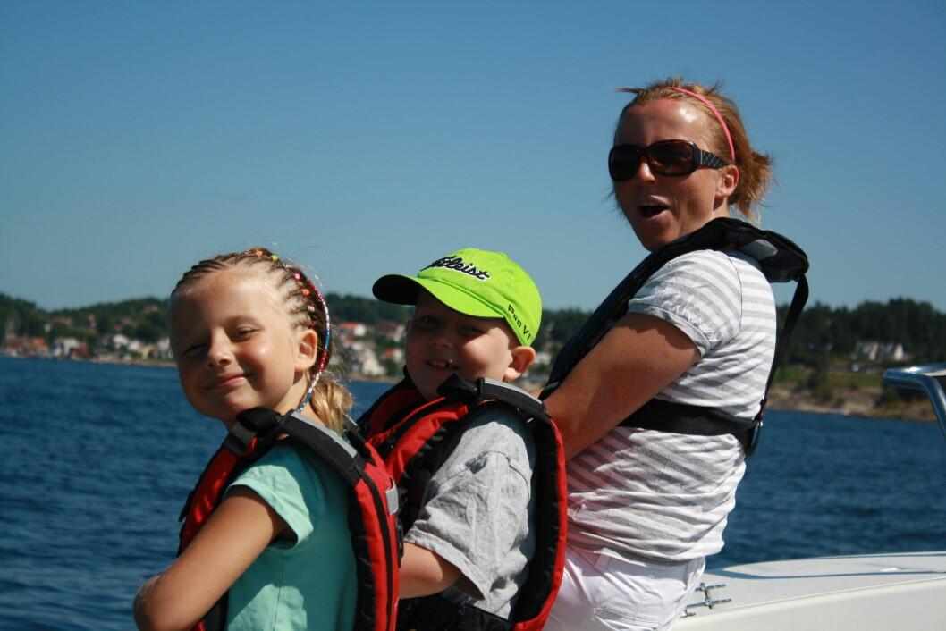 LEVDE STERKT SAMMEN: – Jakob elsket sjølivet, forteller Hanne. Her er de sammen med lillesøster Elise på en båttur i juli 2013. Foto: PRIVAT