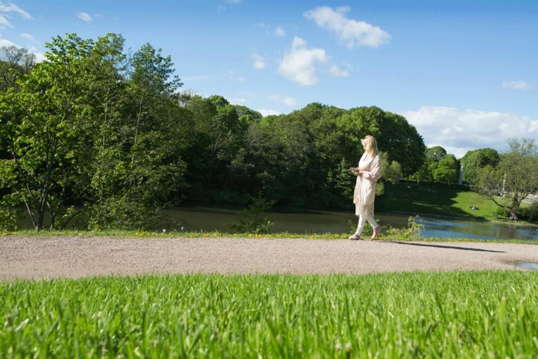 GRØNT LIV: Hanne lever et grønnere liv enn før: Hun spiser mye grønt og naturlig, økologisk mat. Og hun nyter uteliv og natur.  Her går hun tur i Frognerparken i Oslo. Foto: Ellen Johanne Jarli