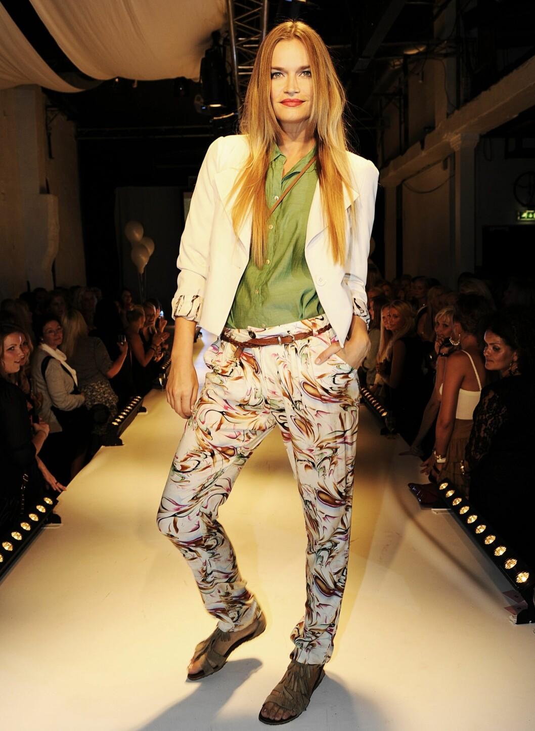 Også til våren skal buksene være fargerike og mønstrete, som disse fra Vila, kr 299. Blazeren er også fra Vila, kr 499.  Foto: Produsenten