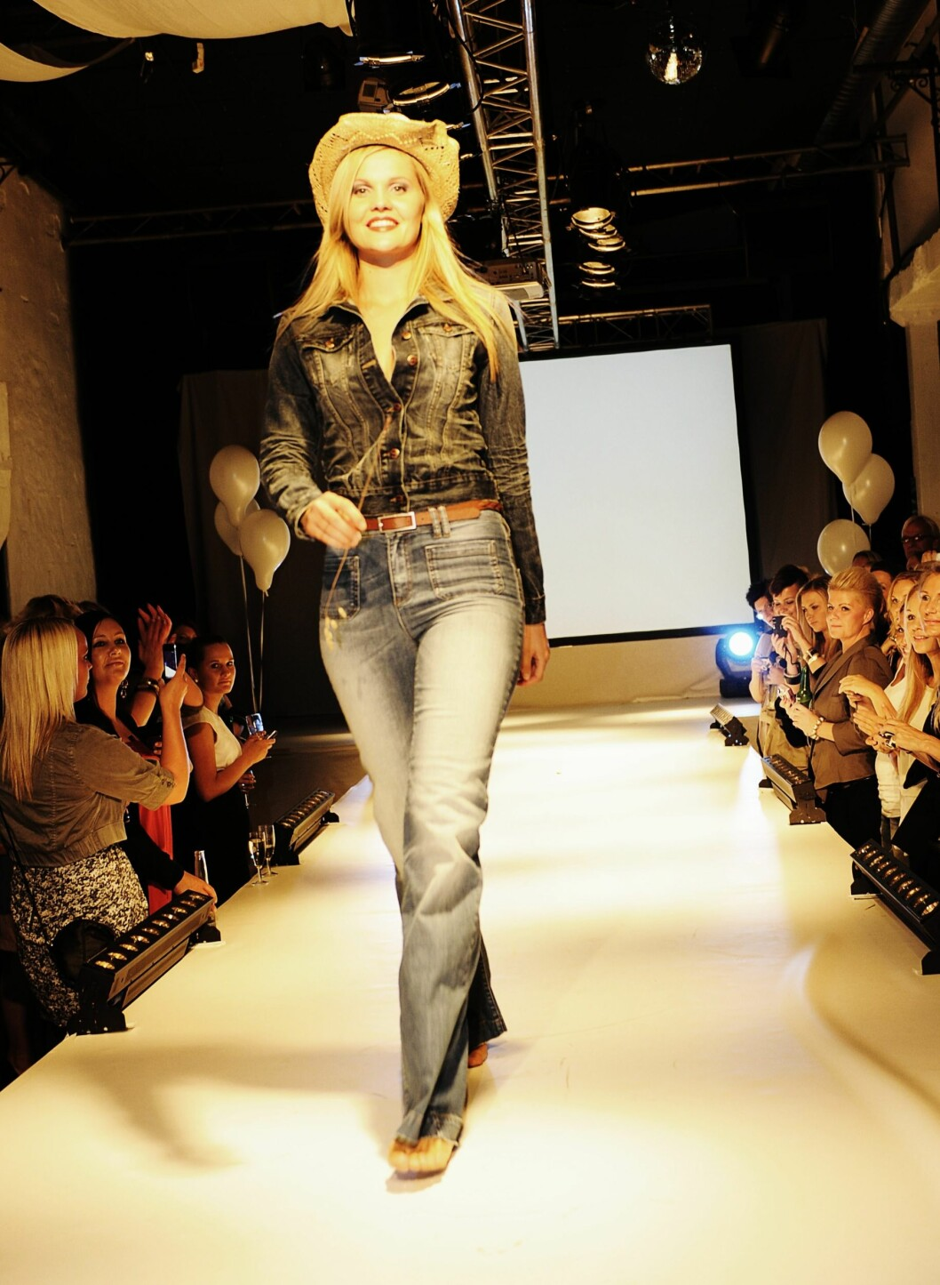 Antrekk fra Only: Jeans, kr 599; belte, kr 159 og olajakke, kr 599.  Foto: Produsenten