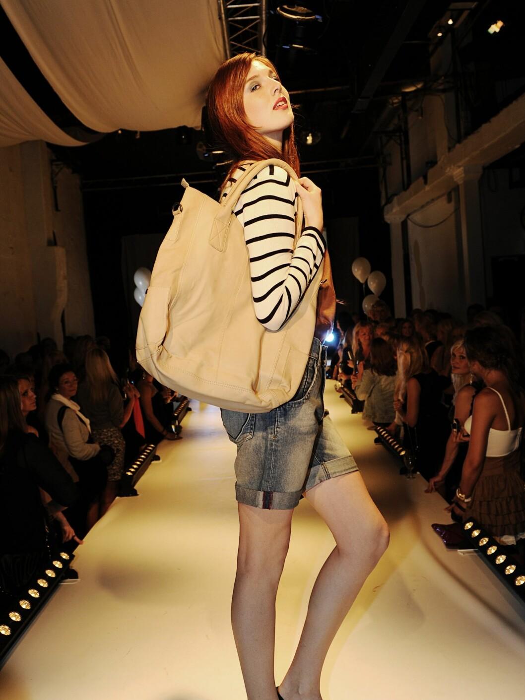 Antrekk fra Vila Luxe: Kardigan, kr 299; shorts, kr 349 og skinnveske, kr 899. Foto: Produsenten