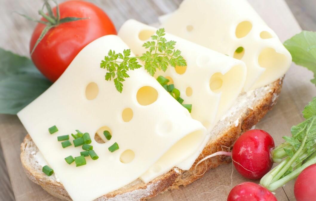 GULOST: En av nordmenns favoritter på brødskivene - faktisk kan også ost i enkelte tilfeller spare deg for en del kalorier.  Foto: Fotolia
