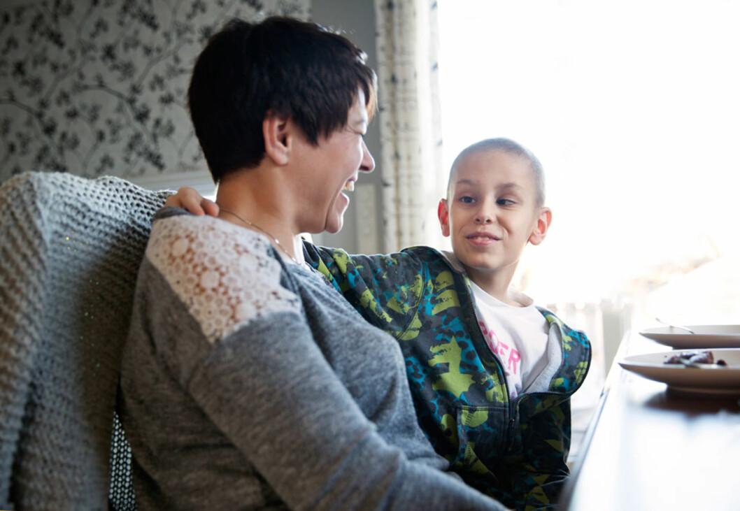 SER FRAMOVER: Det er deilig at Adrian endelig kan få være et vanlig barn igjen, synes mamma Shera. Foto: Sverre Jarild