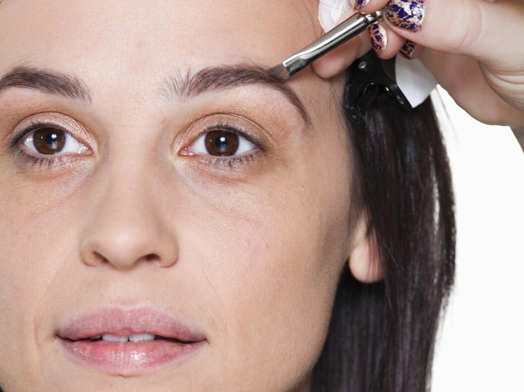 KRONEN PÅ VERKET: Ved å fylle inn brynene med en øyebrynsblyant eller -skygge, eller en øyeskygge, får du korrigert eventuelle små hull eller ujevnheter og gitt ansiktet en vakker ramme.  Foto: Astrid Waller