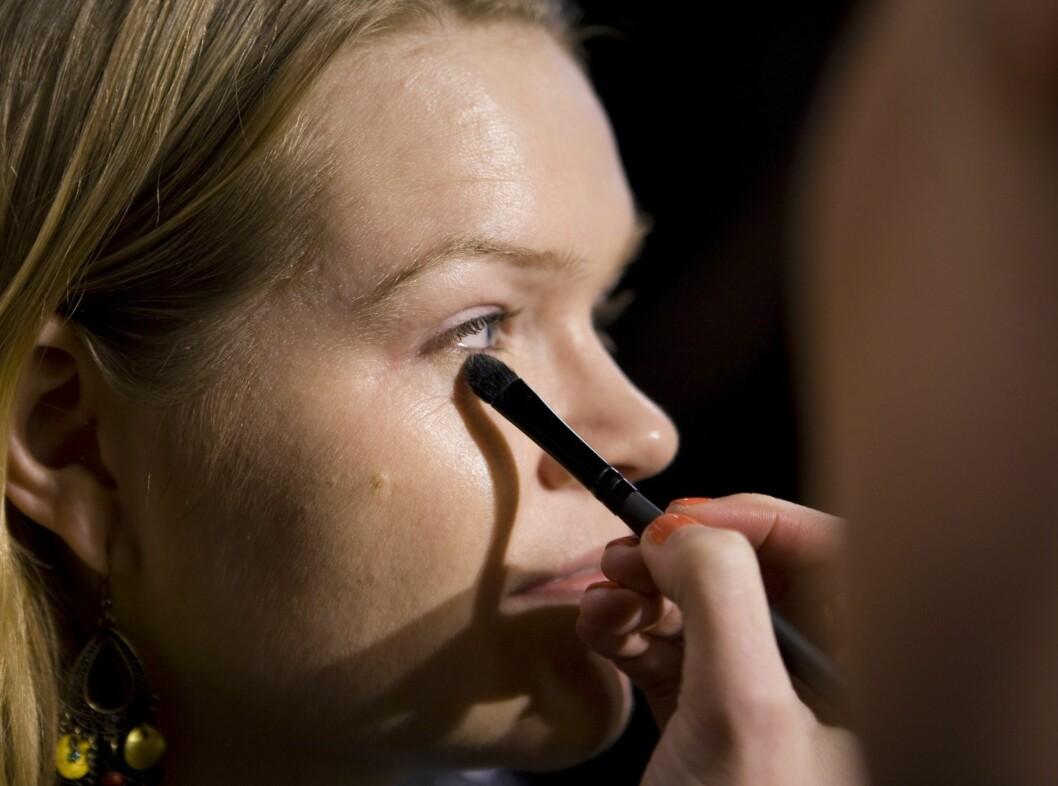 Bruk en mindre kost til å påføre foundation rundt øynene. Du kan gjerne bruke en egen concealer her.  Foto: Per Ervland