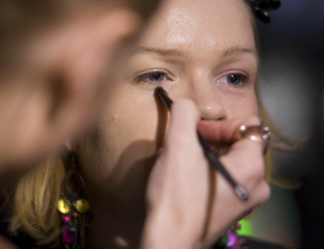 Husk at varme ferskentoner nøytraliserer blå ringer under øynene. Du vil vel ikke se trøtt ut allerede før festen er i gang? Foto: Per Ervland