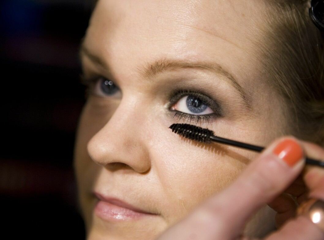 Påfør mascara på både øvre og nedre vippekant.  Foto: Per Ervland