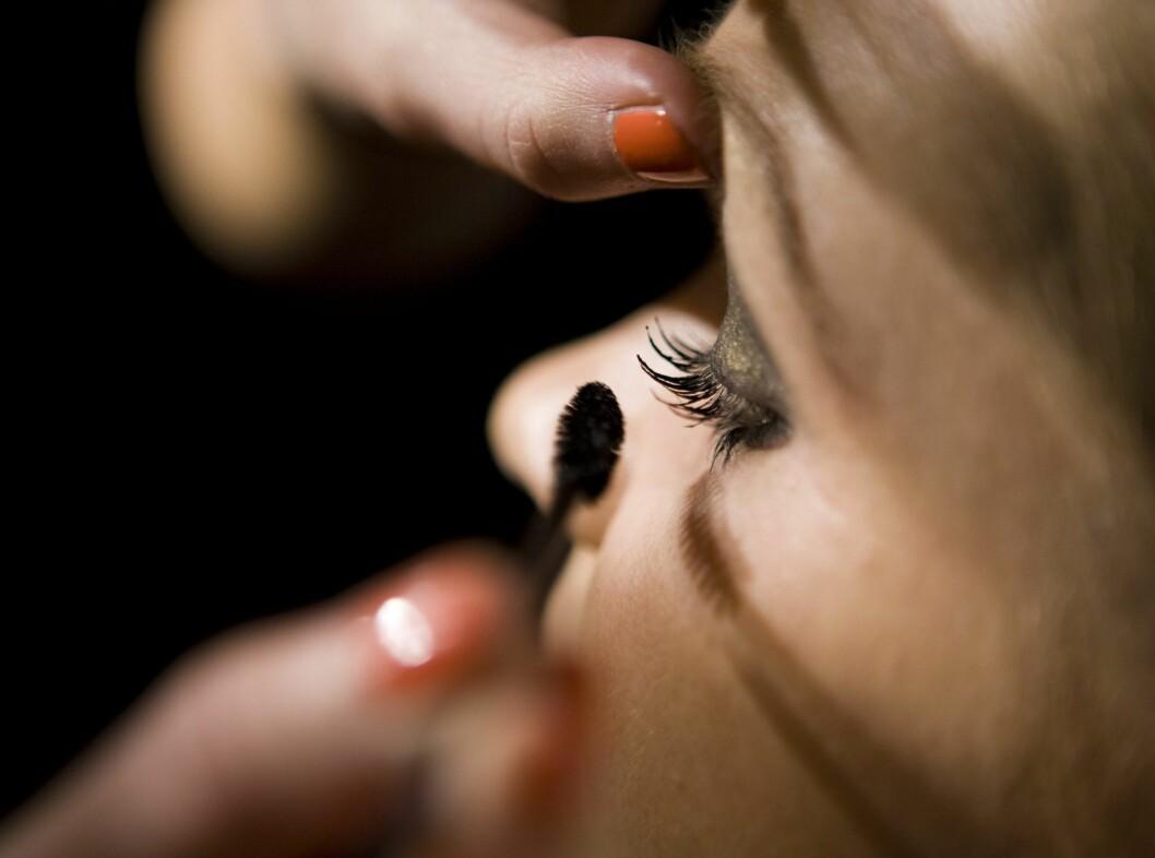 Sørg for at du får mascara helt inn til vipperota - det er ikke så pent med en blond, mascarafri kant innerst på vippene. Foto: Per Ervland