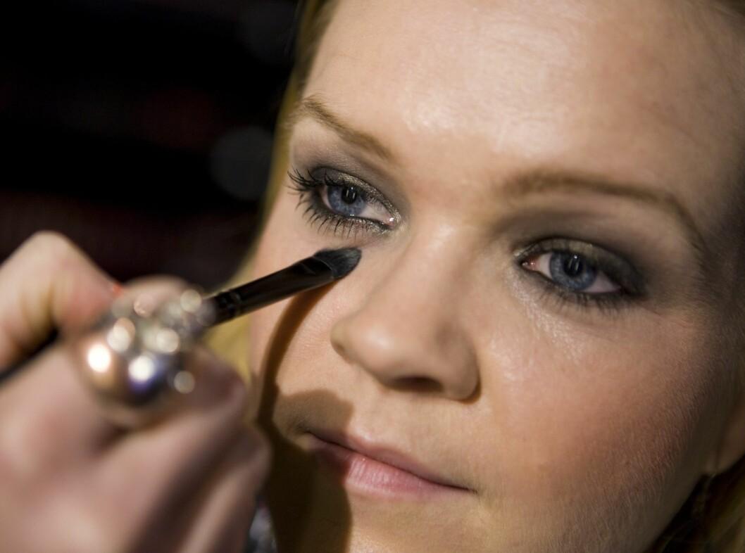 Avslutt med å rense opp under øyet med foundation eller concealer.  Foto: Per Ervland