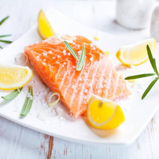 TO GANGER I UKA: De offisielle kostholdsrådene anbefaler at vi spiser fisk to ganger i uka. Fet fisk som laks, ørret eller makrell er topp, for da får du i deg omega-3. Foto: Getty Images/iStockphoto
