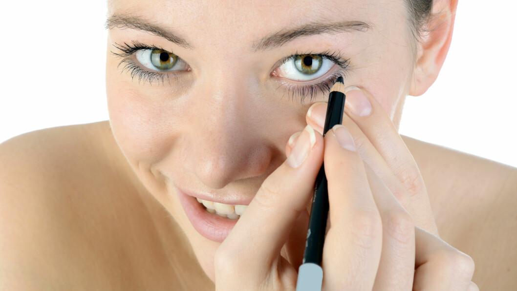 FORSIKTIG: Både for mørk farge og for tykk strek, særlig under øyet, kan bidra til at du ser eldre ut. Om du ikke duser kajalen eller legger eyelineren helt inntil vipperota, kan du også få samme effekt.  Foto: Dan Race - Fotolia