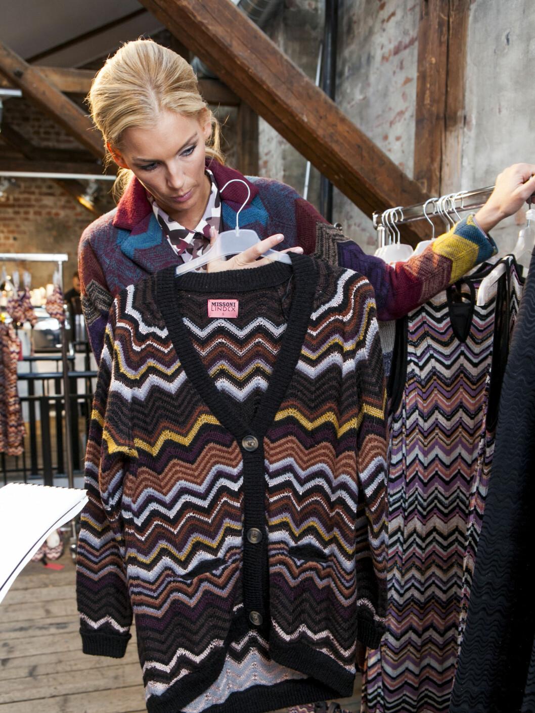 ALLTID KUL: - En oversized strikkejakke er alltid kult og disse fargene passer med det meste.  Foto: Per Ervland