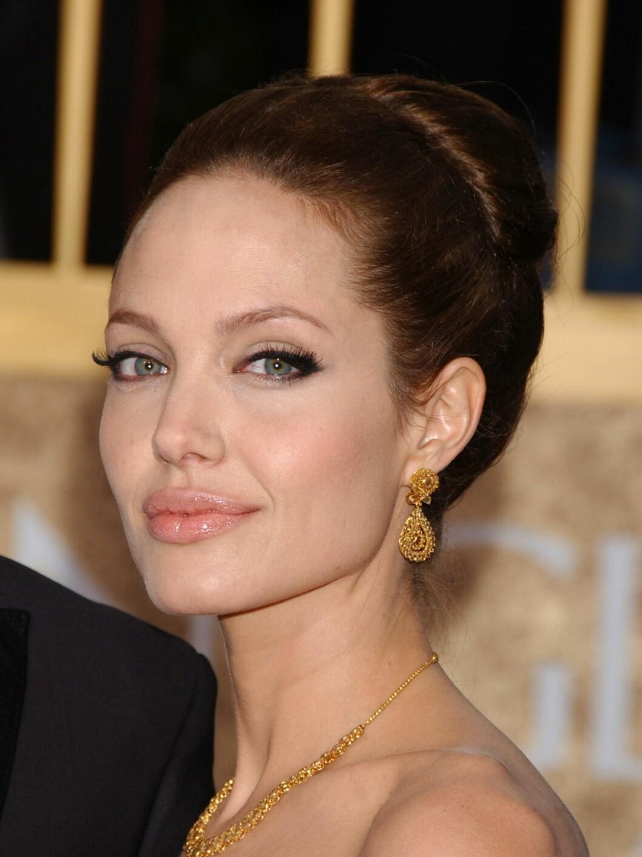 PERFEKT LINER: Eyelineren til Angelina Jolie gjør at øynene hennes ser videre ut og øyevippene framstår fyldigere enn de er. Foto: All Over Press