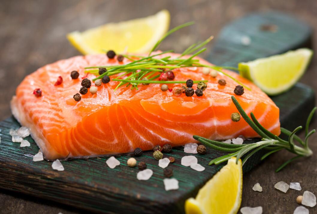 SPIS FISK: Det er blant annet omegafettsyrene i fet fisk som gjør den til et godt valg også for huden. Omegafettsyrer gir deg nemlig en naturlig bedre beskyttelse mot solens skadelige stråler, forklarer dermatolog Bjørn Bondevik.  Foto: pilipphoto - Fotolia