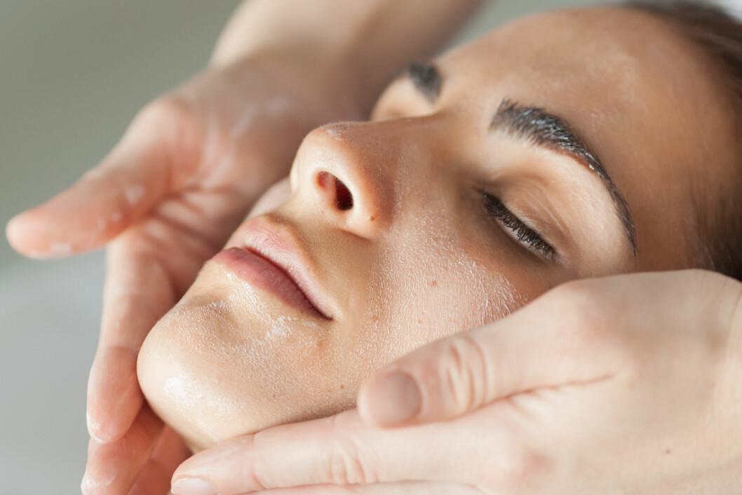 EKSFOLIERING: Du bør eksfoliere huden én til to ganger i uka. Da får du en generelt bedre hudkvalitet, samt at produktene du bruker vil gi større effekt. Foto: REX/Garo/Phanie/All Over Press