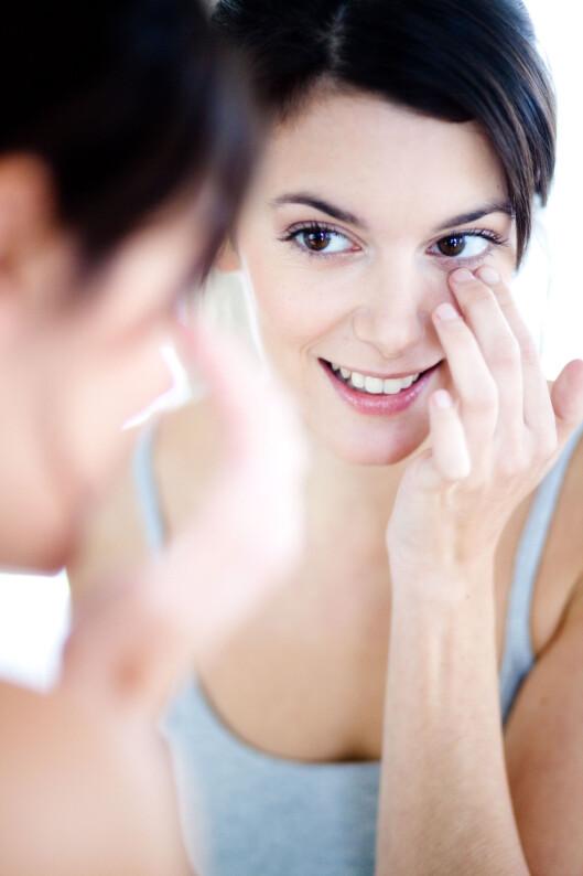 FØLSOMT: Å velge en mild og effektiv sminkefjerner til øyepartiet er viktig for å ta bedre vare på huden din.  Foto: All Over Press