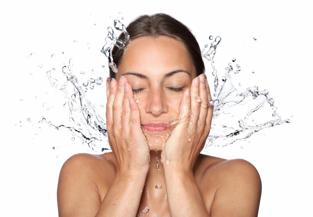 PASS PÅ TEMPERATUREN: Uansett hva slags rens du velger, så husk at vannet ikke skal være for varmt. Lunkent er bra, glovarmt kan skade deg eller tørke ut huden din.  Foto: Vitalij Geraskin - Fotolia