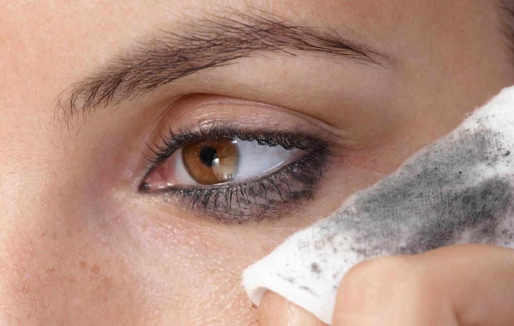 SART: Siden området rundt øynene er ekstra sart, bør du bruke skånsomme produkter som fjerner øyesminken effektivt uten at du må gnukke og gni. Oljebaserte produkter er ofte mer skånsomme og fjerner sminken effektivt.  Foto: nyul - Fotolia