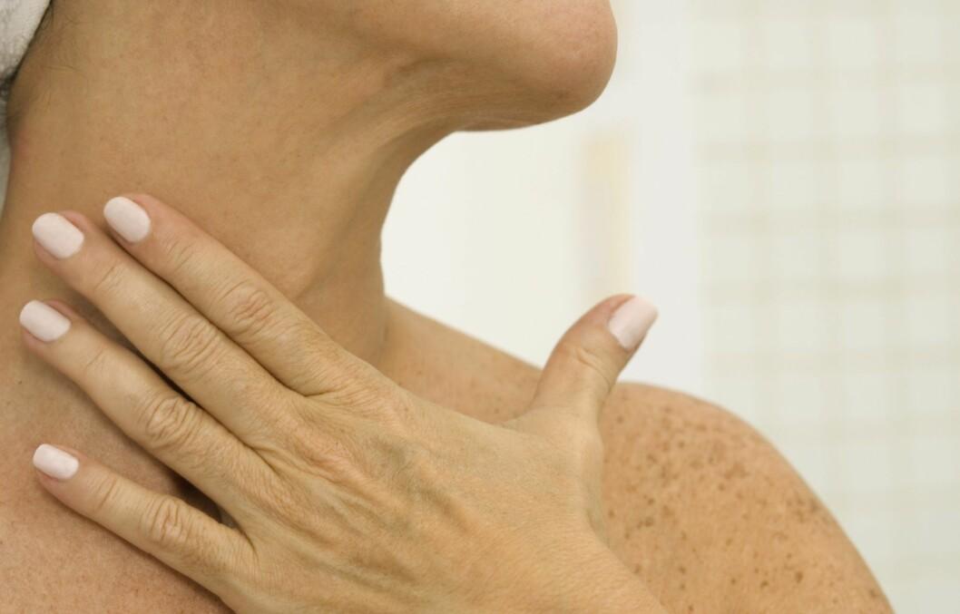 SE YNGRE UT: Ved å rense, pleie og beskytte halsen og brystpartiet, kan du beholde den ungdommelige looken i mange år til. Unngå «kalkunhals» og kreppapirhud på brystet ved å beskytte deg mot sol og forurensing hele året, skrubbe jevnlig og smøre godt.  Foto: Thinkstock