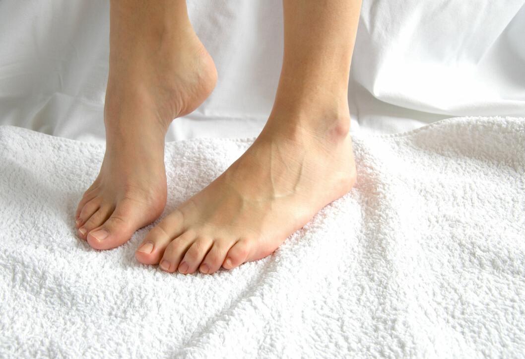 TØRK GODT: Husk å alltid tørke føttene godt etter dusjen, badet eller fotbadet. Vær ekstra nøye med å tørke mellom tærne, hvor det fort kan oppstå sopp på grunn av fuktigheten.  Foto: VRD - Fotolia