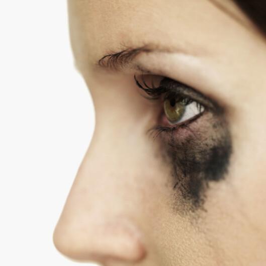GOD MORGEN: Ikke akkurat det beste synet å møte i speilet om morgenen. Fjern alltid sminken før du legger deg! Foto: Thinkstock