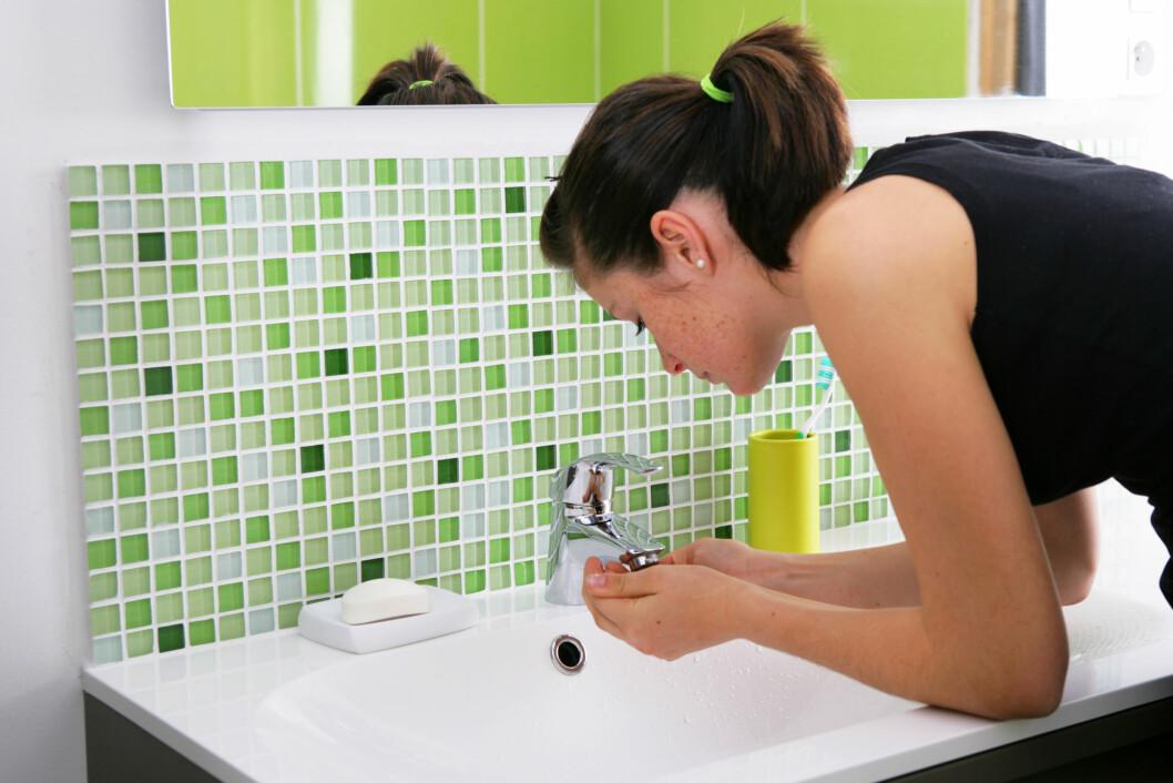 HUDPLEIERUTINER: Det beste du kan gjøre for å unngå urenheter er å forebygge - det gjelder rens morgen og kveld, tilføring av fuktighet og en god skrubb 1-2 ganger i uken. Foto: Agence DER - Fotolia