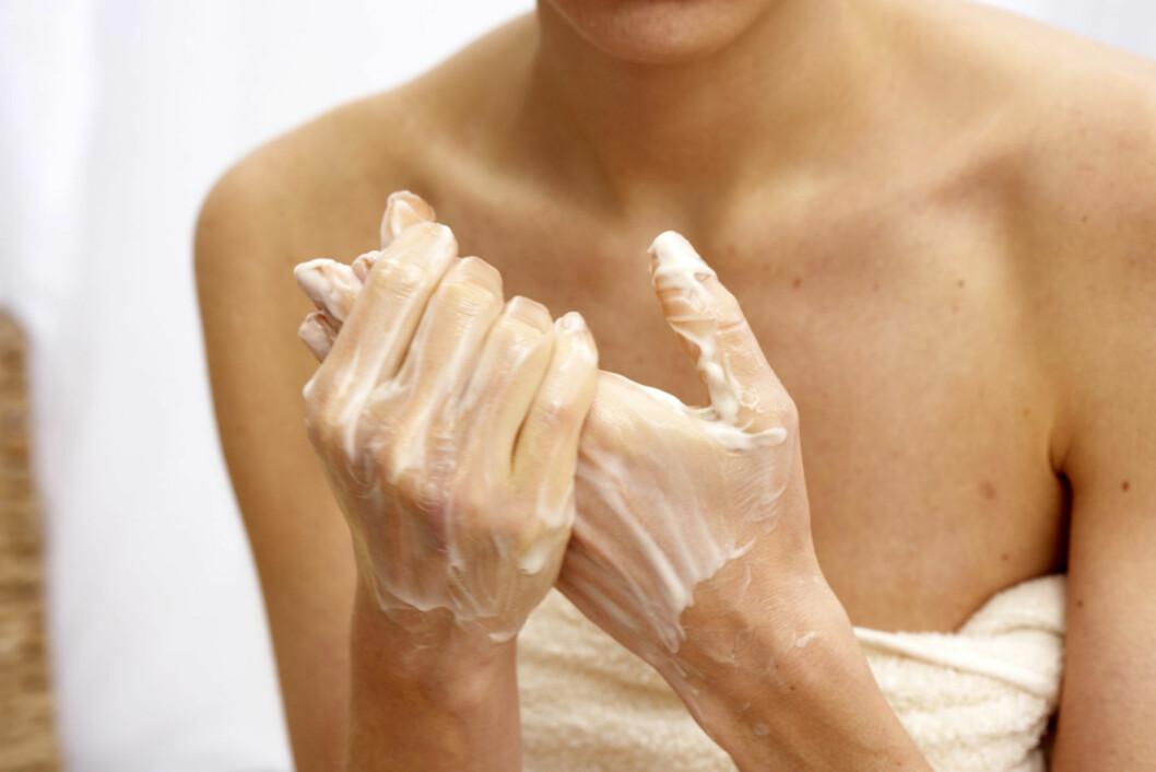 <strong>PØS PÅ:</strong> Du bør sannsynligvis bruke mye mer krem enn du tror for å bli kvitt tørrheten på hendene. Velg heller en fet salve enn en krem med høyt vanninnhold, og gjenta innsmøringen ofte.  Foto: Thinkstock