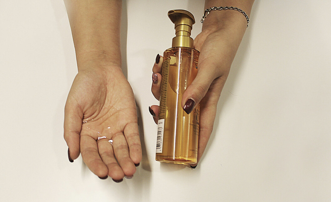 TOMMEL OPP: Olje er ypperlig til å gi hendene fukt og pleie. Velg en tørr olje som trekker raskt inn i huden, for eksempel mandelolje, jojobaolje eller arganolje.  Foto: Ronja Rognmo