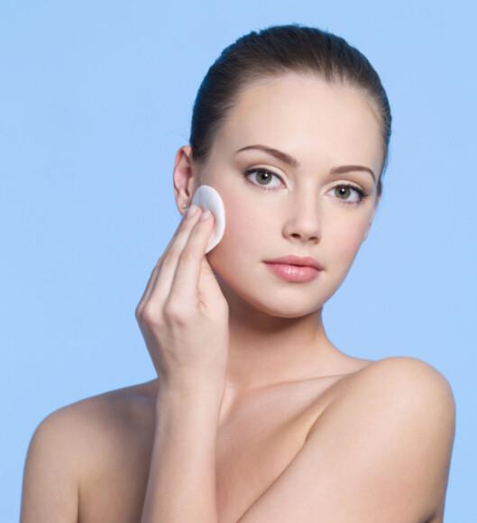 RENS: Husk å rense huden ordentlig hver eneste dag i tillegg til peeling 1-2 ganger i uka.  Foto: Getty Images/iStockphoto