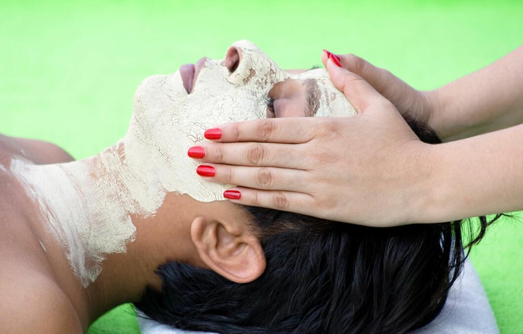 VELG RIKTIG TYPE: Du bør kjenne din egen hudtype og vite hva slags resultat du ser etter før du velger type peeling. Mekanisk, kjemisk eller enzympeeling har alle sine fordeler og ulemper, men den riktige kombinasjonen kan gi deg vakrere hud.  Foto: Thinkstock