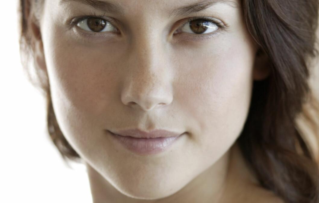 """NULL SMINKE: Tidligere supermodell Emma Wiklund, som nå har sin egen hudpleieserie - Emma S. , anbefaler alle kvinner å kutte ned på sminkebruken i sommermånedene. Gå for et """"bart ansikt"""" som kvinnen på dette bildet og unngå tette porer og uren hud. Foto: Getty Images/Fuse"""