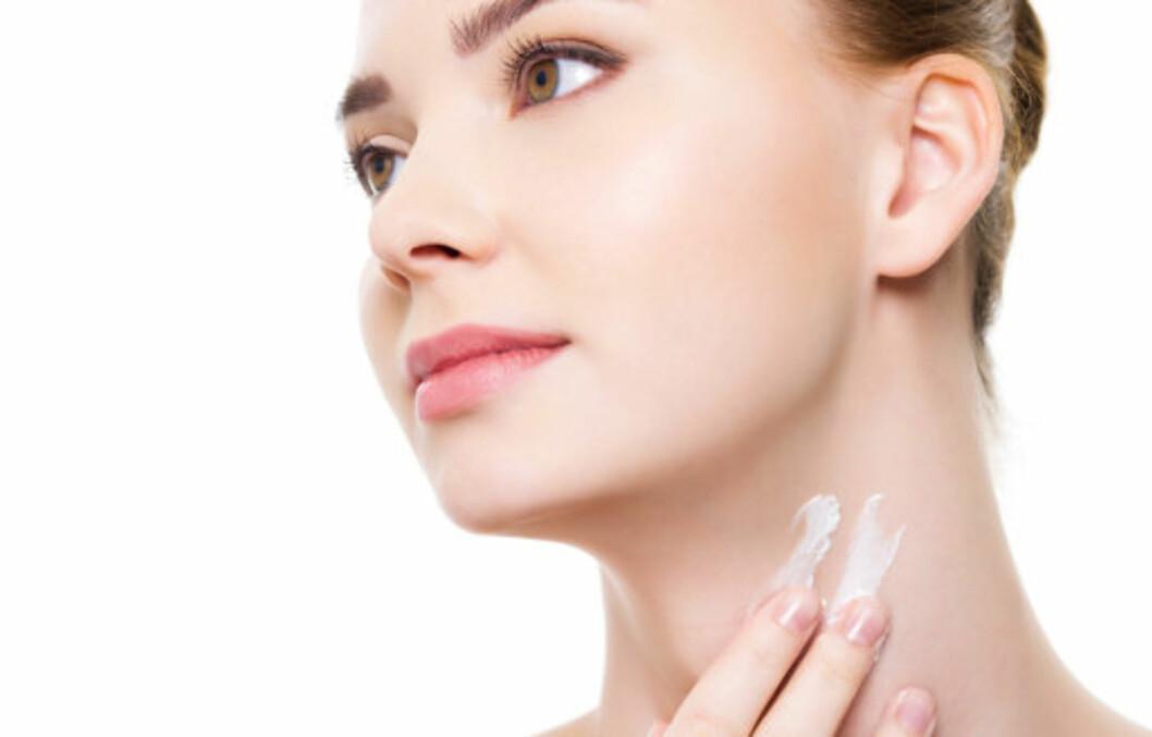 SE YNGRE UT: Ved å rense, pleie og beskytte halsen og brystpartiet, kan du beholde den ungdommelige looken i mange år til. Unngå «kalkunhals» og kreppapirhud på brystet ved å beskytte deg mot sol og forurensing hele året, skrubbe jevnlig og smøre godt.  Foto: Getty Images/iStockphoto