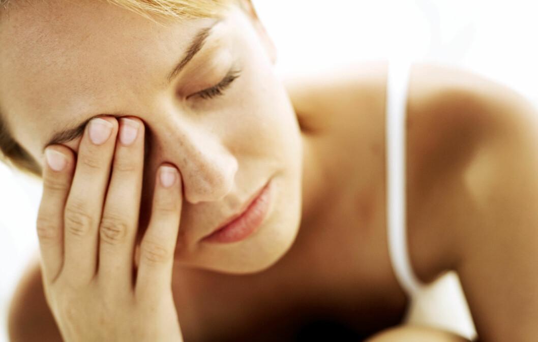 FINN DEN EGENTLIGE ÅRSAKEN: Selvsagt kan mørke ringer sminkes bort, men det løser jo ikke problemet. Foto: Thinkstock.com
