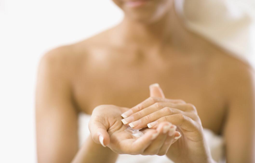 BRUK NOK: Hudlegen opplever ofte at folk bruker for lite fuktighetskrem, så pass på å bruke nok. Det kan også hjelpe å påføre den mens huden fortsatt er våt, men sørg for at kremen får trekke godt inn i huden før du går ut i kald luft. Foto: Thinkstock