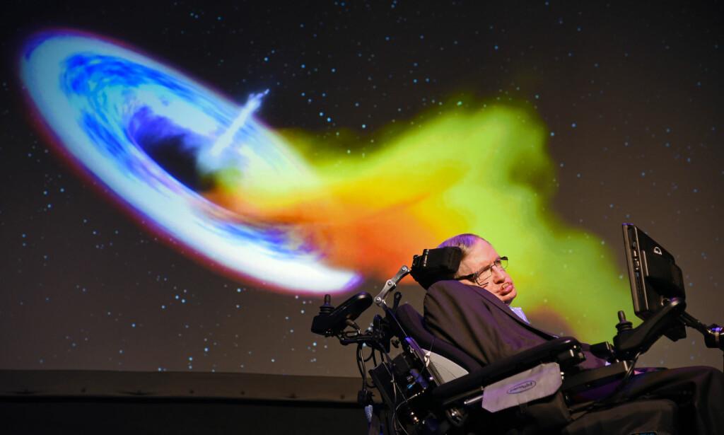 """STJERNETUNGT: Starmus-grunnlegger Stephen Hawking var på gjestelista, men måtte melde avbud. Her under Starmus III på Tenerife i juni i fjor. Foto: <span style=""""font-family: inherit; background-color: inherit;"""">Derek Storm / Splash News</span>"""