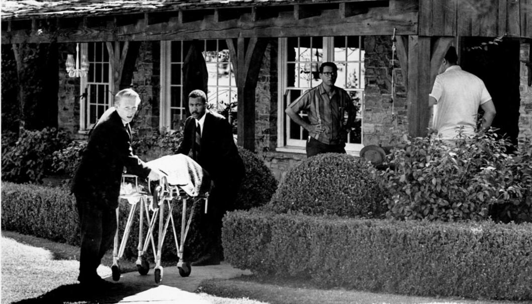 FUNNET AV HUSHJELPEN: Liket av Sharon Tate blir fraktet bort på båre om morgenen 9. august 1969. Huset, som ligger ved Cielo Drive i Beverly Hills, delte hun sammen med ektemannen Roman Polanski. Foto: NTB Scanpix