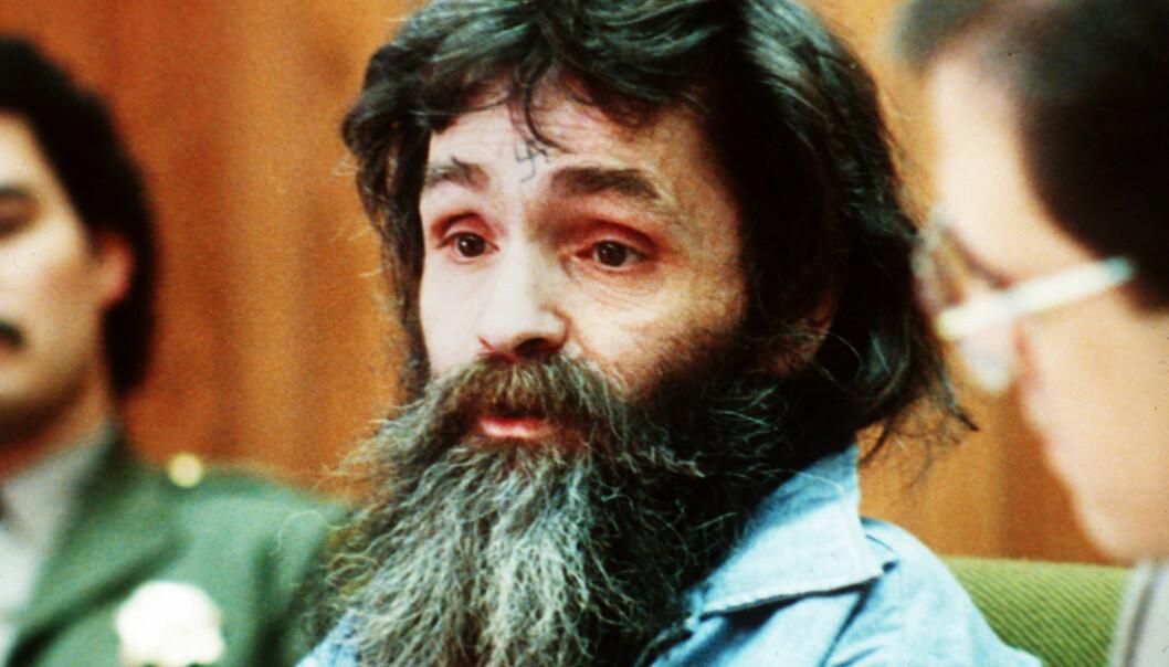 VERDENSKJENT: Charles Manson fikk verdensomspennende dekning da det etter hvert ble kjent at han ledet drapssekten. Her er han fotografert i 1986. Hakekorset i panna hans er noe av det han huskes best for. Foto: NTB scanpix