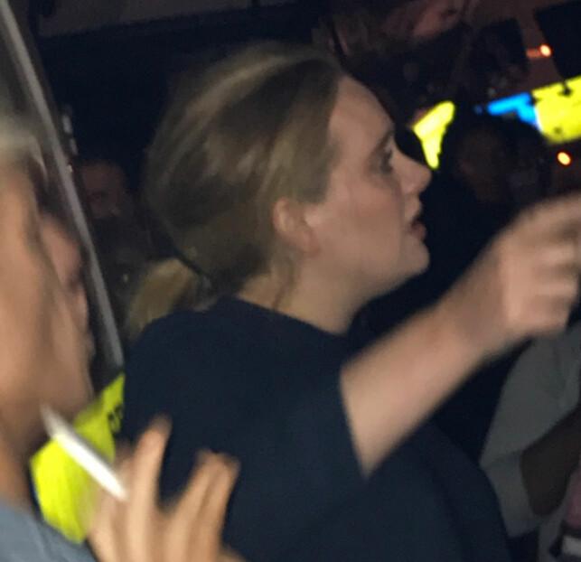 GA KLEMMER: Adele viste sin medfølelse ved å dele ut klemmer og støtte til de berørte etter London-brannen. Foto: Reuters / NTB Scanpix