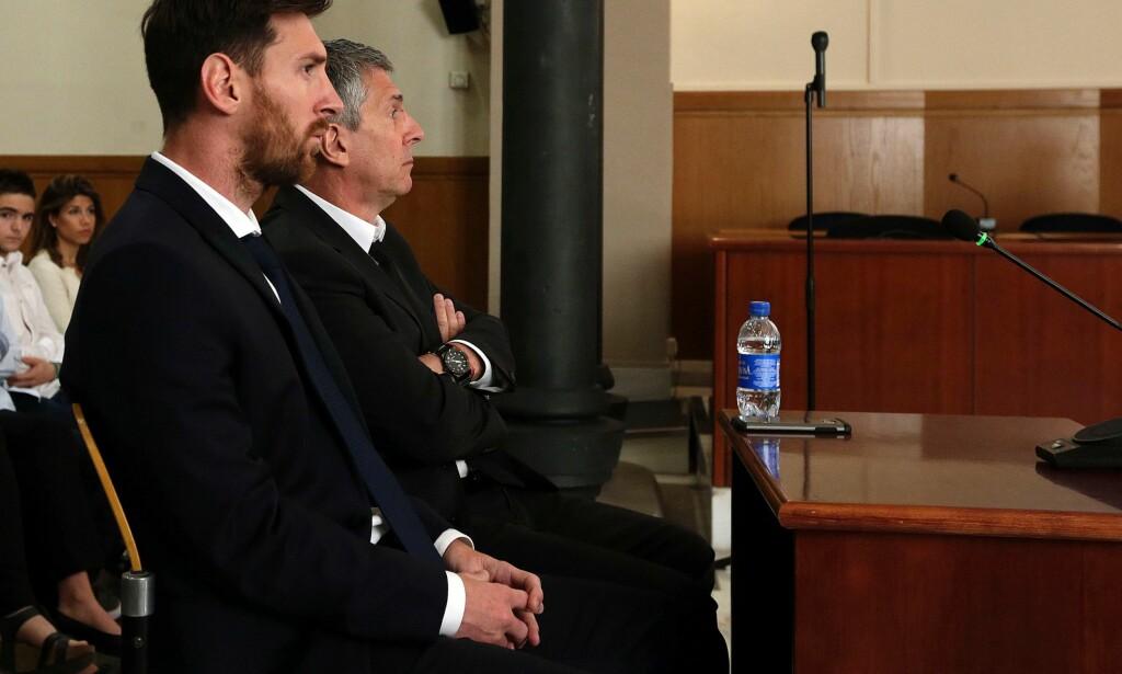 I KLAMMERI MED LOVEN: Lionel og Jorge Messi under et rettsmøte i Barcelona i 2016. Foto: AFP PHOTO/ALBERTO ESTEVEZ