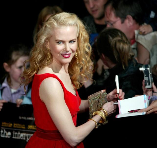 LANGE LOKKER: Nicole Kidmans utseende er slående likt som da hun startet skuespillerkarrieren. Her på den røde løperen i 2005. Foto: AFP / NTB Scanpix