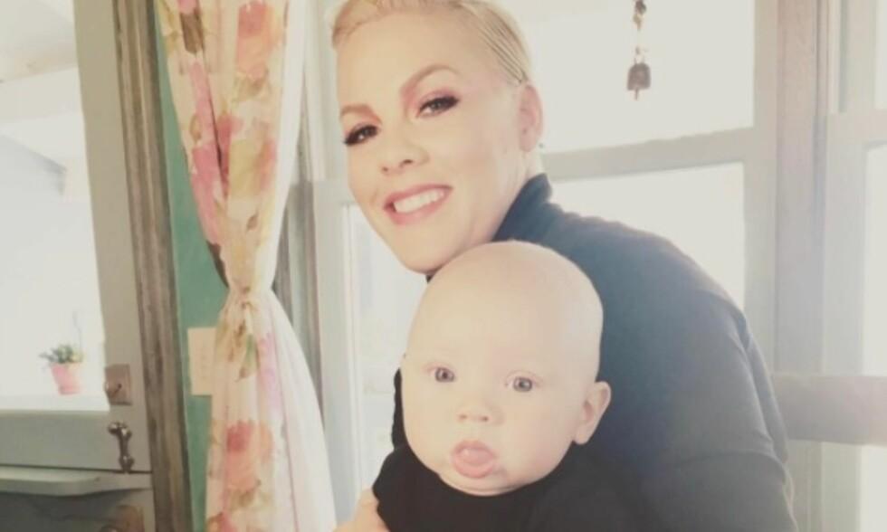 DELER FLITTIG: Pink deler flittig bilder med familien på sin egen Instagram-profil. Foto: Pink/Instagram