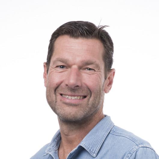 OPP AV SOFAEN: Professor Ulf Ekelund ved Norges idrettshøgskole har forsket på hvor mye aktivitetet som må til for å veie opp for en stillesittende livsstil. Svaret: rundt en time om dagen. Foto: Emil Kjos Sollie/NIH