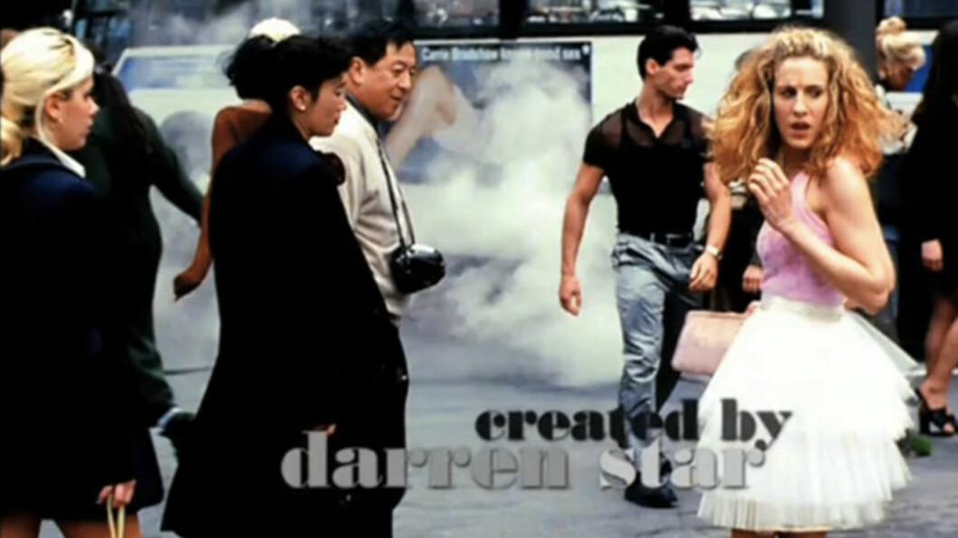 CARRIE BRADSHAW: Tyllskjørtet til karakteren i Sex And The City har blitt reprodusert av seriens kostymedesigner Patricia Field. Foto: Skjermdump