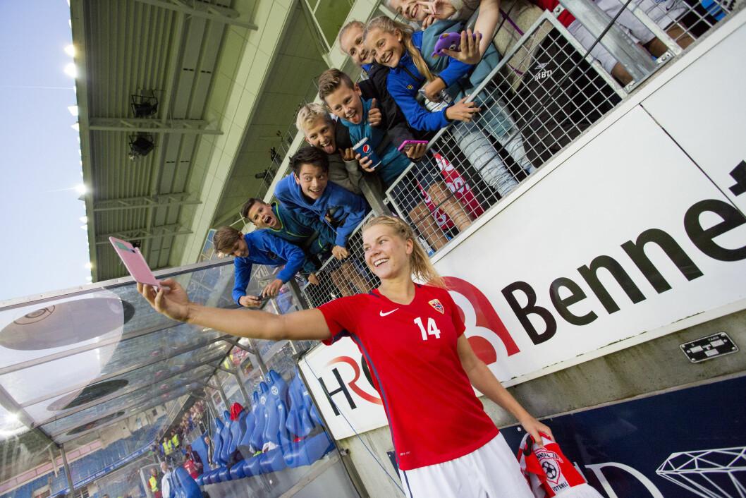 SELFIE: Selfie med fans må man ha – spesielt etter en 10–0-seier mot Kasakhstan!  Foto: Scanpix