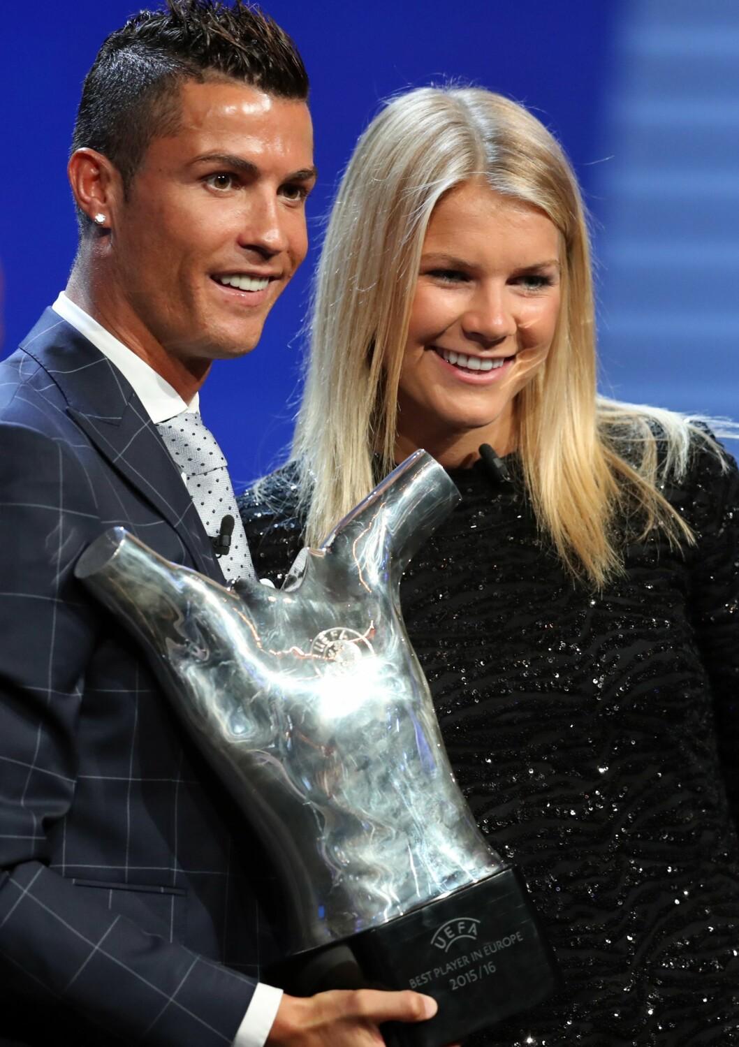 VANT PRIS: I august kåret UEFA Ada Hegerberg til Europas beste kvinnelige fotballspiller. – Det er ikke så ofte jeg bruker ordet stolt, men det var en veldig stor ære å få den prisen, og å få igjen noe for alle den jobbingen jeg har lagt ned. Det ga veldig mye. Foto: Scanpix