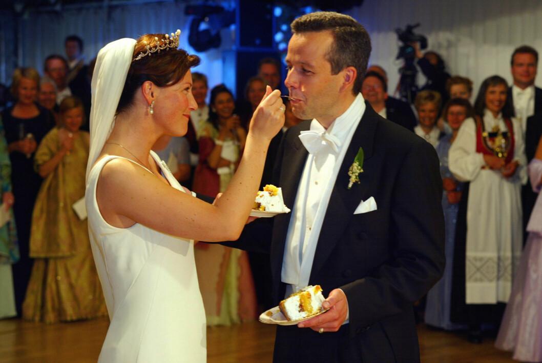 <strong>IDYLL:</strong> Det var som tatt ut i fra et ekte eventyr da prinsesse Märtha giftet seg med forfatter Ari Behn i Nidarosdomen fredag 24. mai 2002. Men 14 år og tre døtre senere var skilsmissen et faktum. Foto: NTB Scanpix